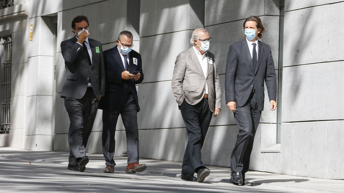En el centro, Gil (d) y López Abad flanqueados por los abogados de Garrigues Pablo de la Vega (d) y Álvaro Fernández.