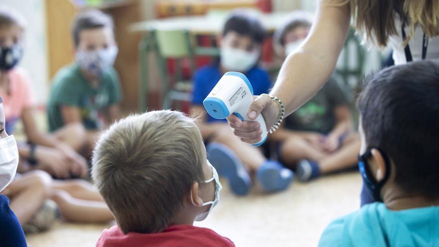 Los casos COVID en escuelas caen casi a la mitad en una semana