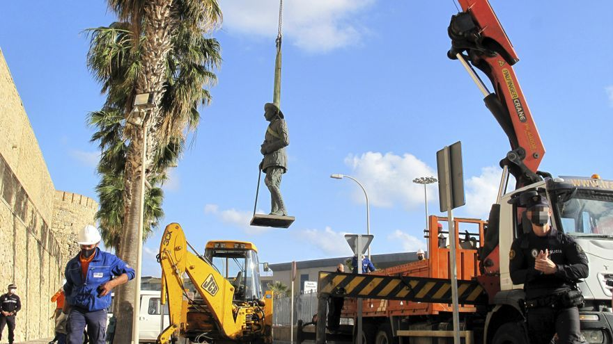 Retiran en Melilla la última estatua a Franco de España