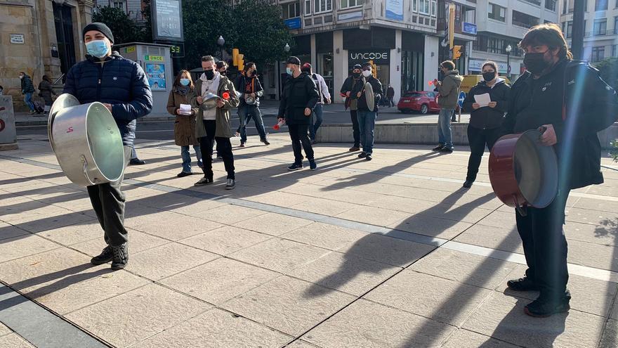 Arranca la huelga hostelera en Gijón con caceroladas y una marcha a Oviedo