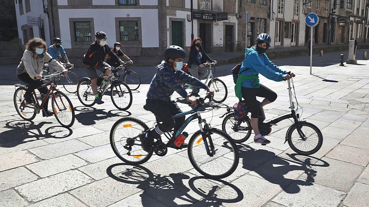 Ciclistas, ayer en Santiago, en una protesta contra la nueva ordenanza municipal 'antibicis'. |   // XOÁN ÁLVAREZ