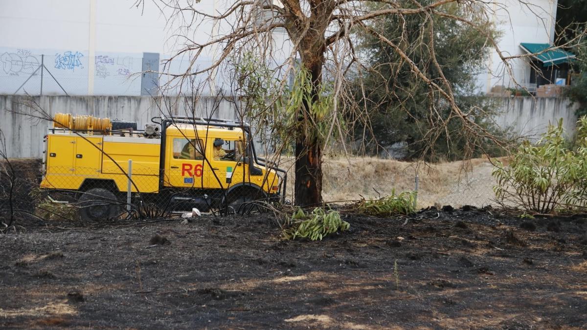 Imagen de un camión de bomberos durante las labores de extinción del incendio junto a Sprinter, este jueves.