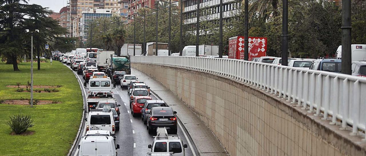 Atasco en la avenida del Cid, una de las principales vías de entrada y salida a València.   J. M. LÓPEZ