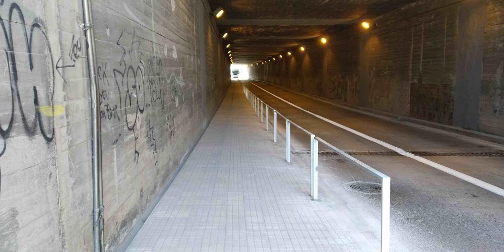 La vorera del túnel de la Indústria era molt estreta. A la foto, ampliada.
