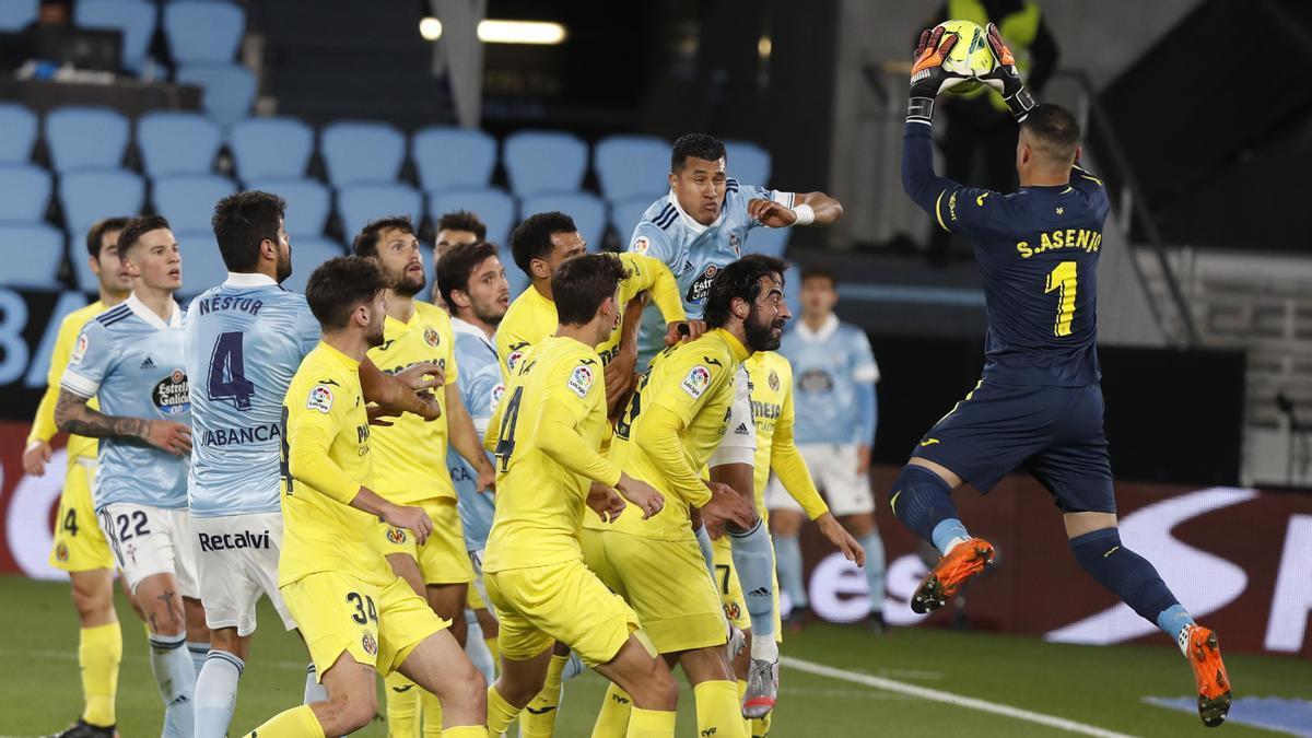 Sergio Asenjo atrapa la pelota durante el partido de la primera vuelta