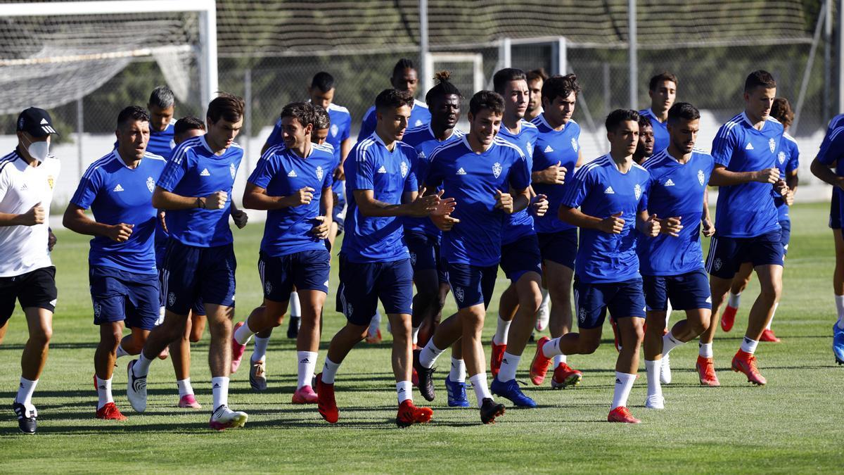 Los jugadores del Real Zaragoza realizan carrera continua en un entrenamiento en la Ciudad Deportiva.