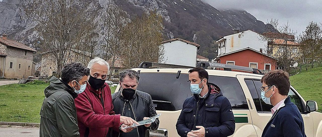 Por la izquierda, el consejero Alejandro Calvo, el director de la vertiente asturiana del Parque, Rodrigo Suárez, los directores de Montes, Fernando Prendes, y del Medio Natural, David Villar, y el alcalde de Cabrales, José Sánchez.