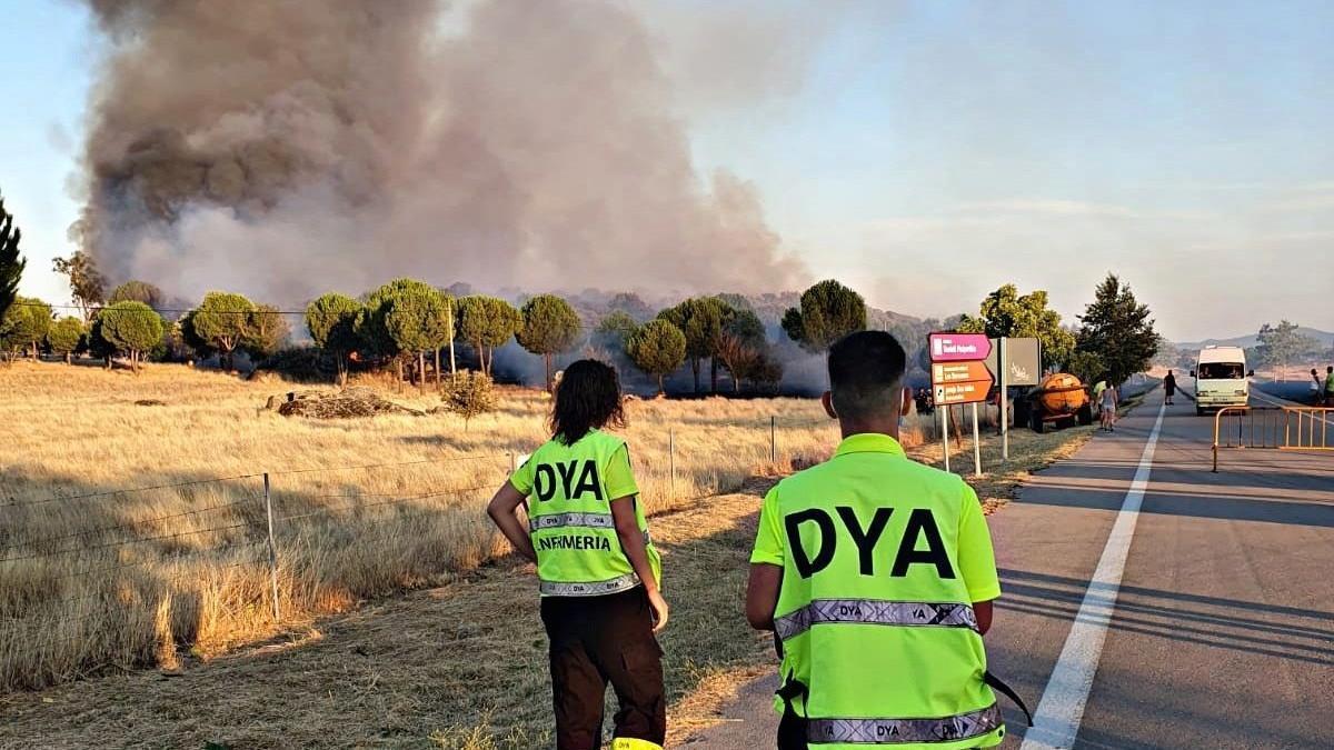 Efectivos de DYA acuden de soporte sanitario al incendio de Malpartida de Cáceres, este sábado.