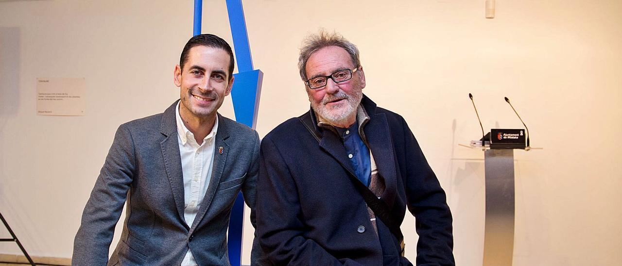 El alcalde de Mislata, Carlos Fernández Bielsa, y el artista Miquel Navarro.  | LEVANTE-EMV