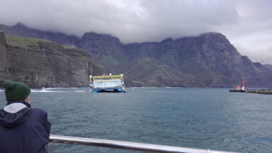 Dos remolcadores trabajan para llevar el catamarán de Fred Olsen al muelle de Agaete