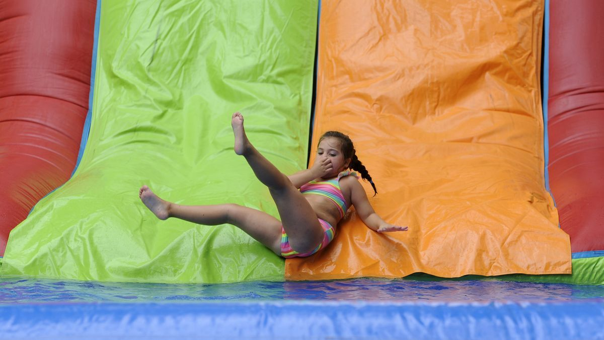 Una niña disfruta de un campamento de verano en una localidad gallega.