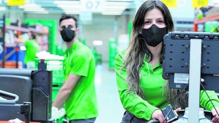 Mercadona invierte más de 5 millones de euros al año en mascarillas para sus empleados