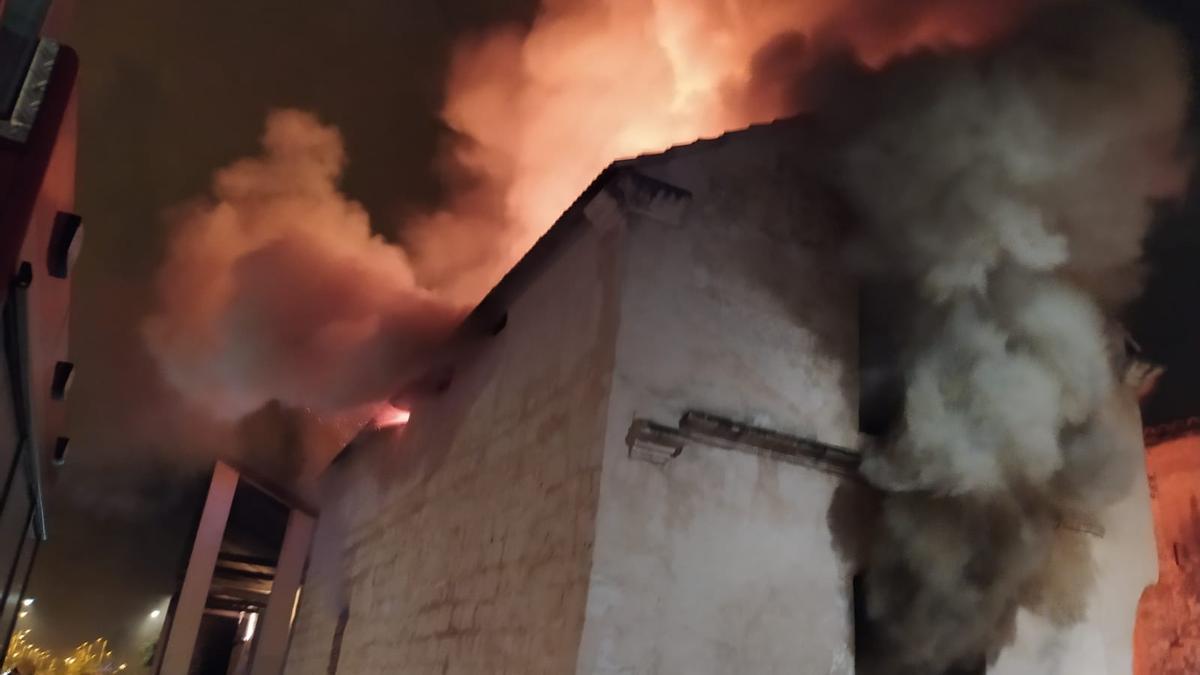 La antigua fábrica de Can Ribas, calcinada tras declararse un incendio en la madrugada del lunes