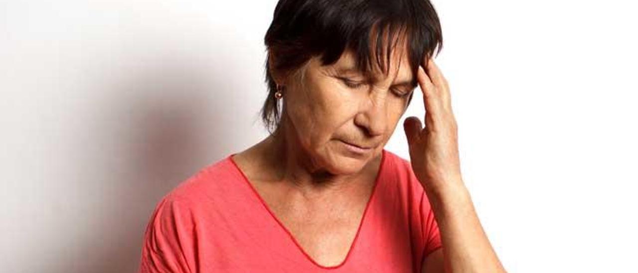 Un dolor intenso e infrecuente de cabeza puede ser un síntoma.