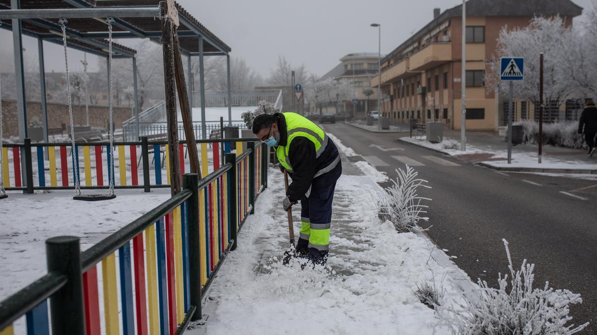 Un operario de Zamora Limpia retira el hielo de una calle