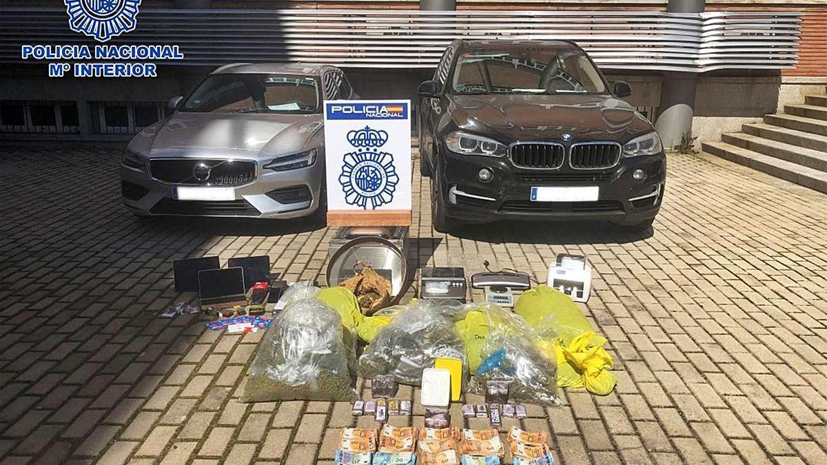 Drogas, vehículos, dinero y dispositivos electrónicos intervenidos por la Policía Nacional. |   // LA OPINIÓN
