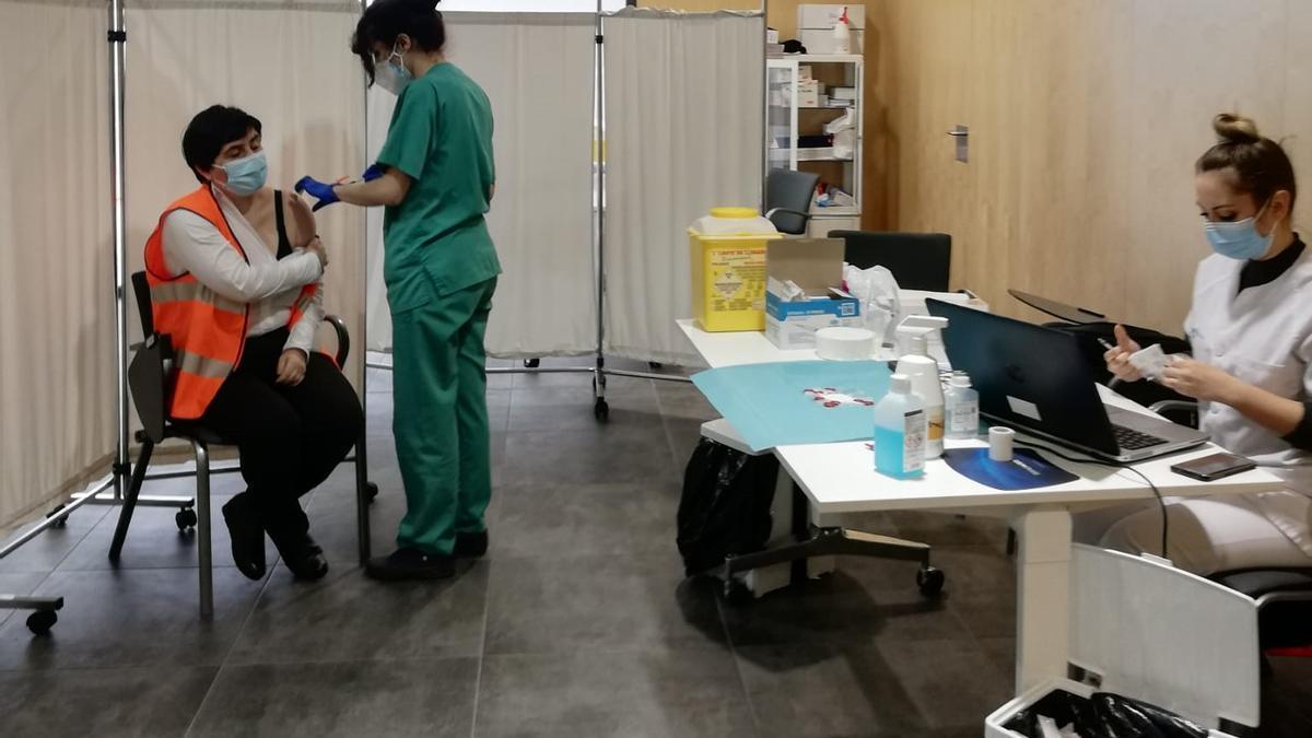 Los miembros de Protección Civil se vacunaron ayer en el centro de Ramos Carrión