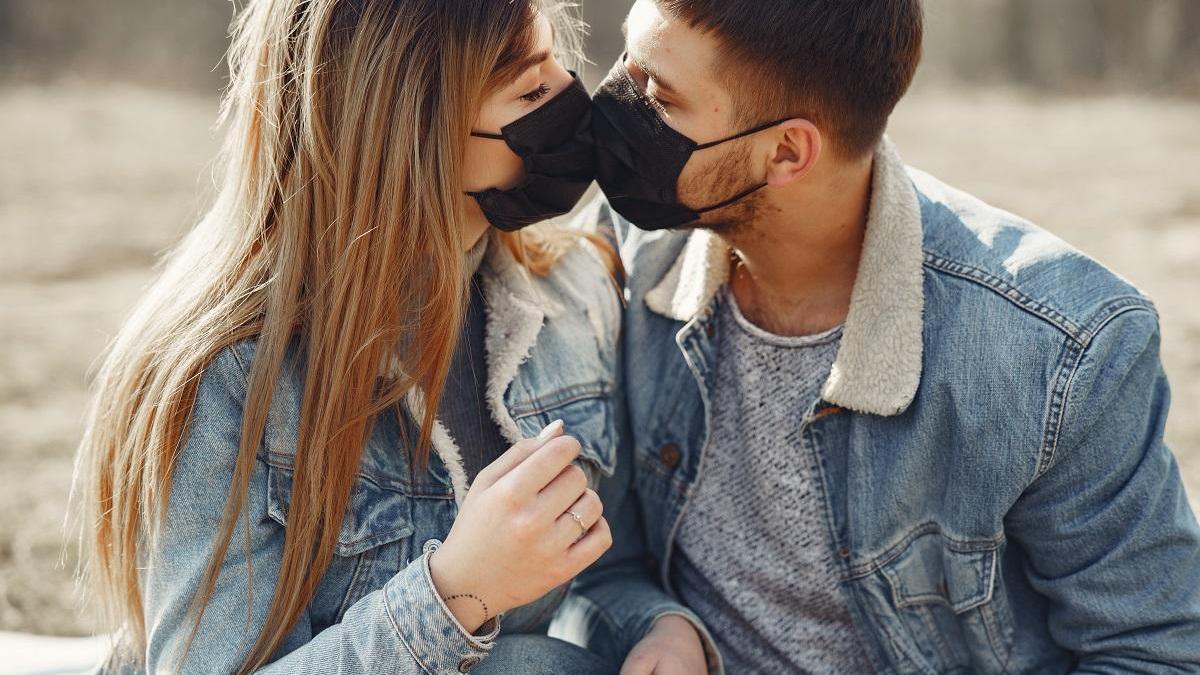 Besos y abrazos, tras la segunda oleada del virus