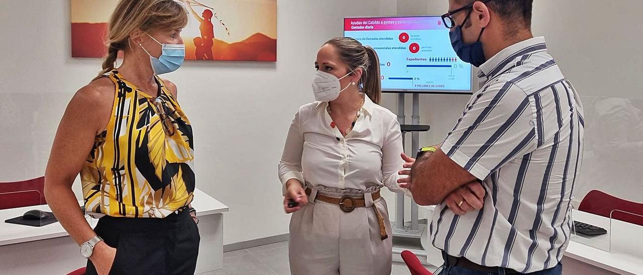La consejera insular de Comercio, Carmen Guadalupe (c), con personal de la oficina de atención empresarial. | | LP/DLP