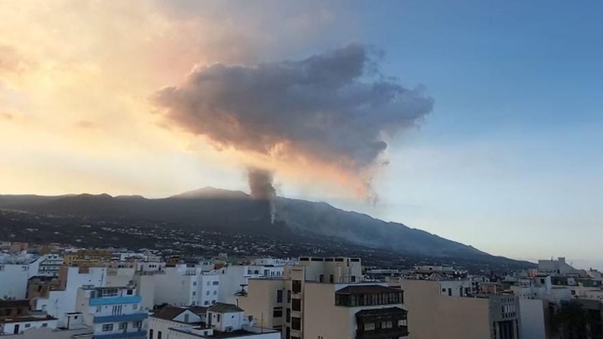 Amanece al pie del volcán de La Palma en el séptimo día de erupción