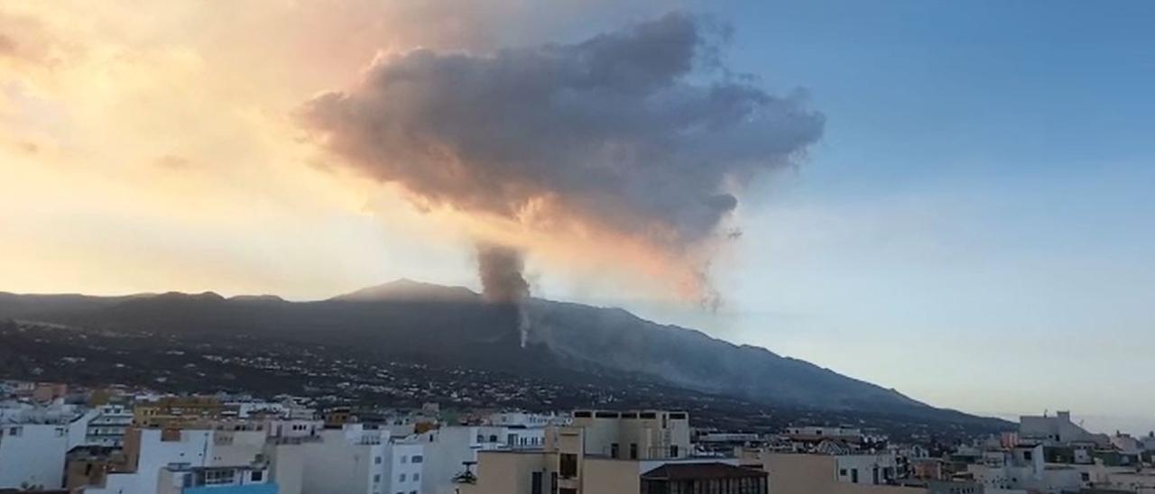 El Instituto Volcanológico de Canarias anuncia la aparición de un nuevo foco en el volcán de La Palma