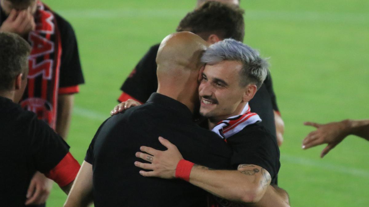 Valentín se abraza con Movilla tras el ascenso a Segunda B.