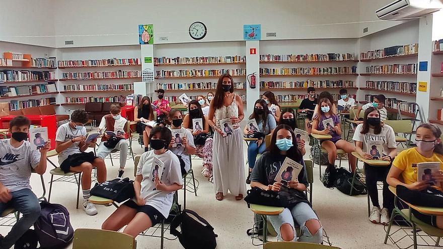 Sant Josep reparte el libro de relatos de estudiantes por la igualdad de género