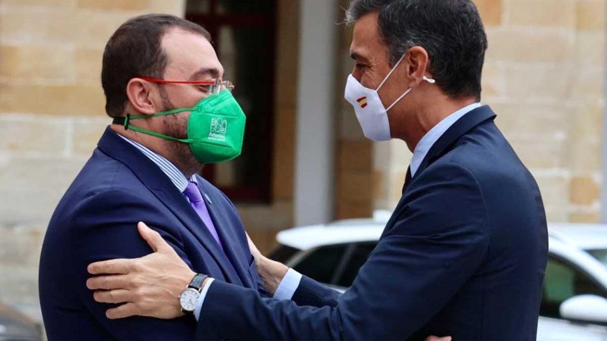 El presidente asturiano, Adrián Barbón, saluda a Pedro Sánchez a su llegada a Gijón.