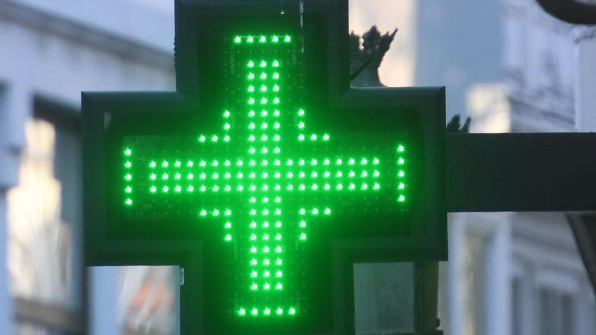 Distintivo de una farmacia en A Coruña.