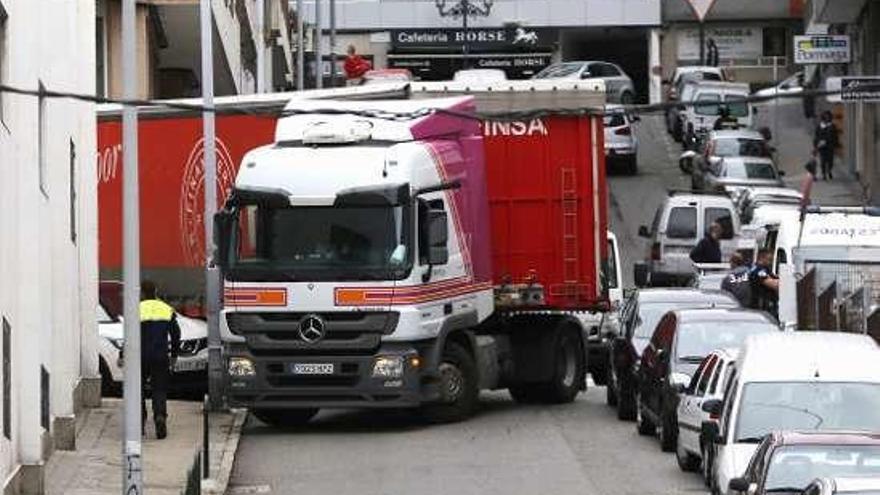 Un camión queda bloqueado en Marqués de Valterra debido a varios vehículos mal estacionados