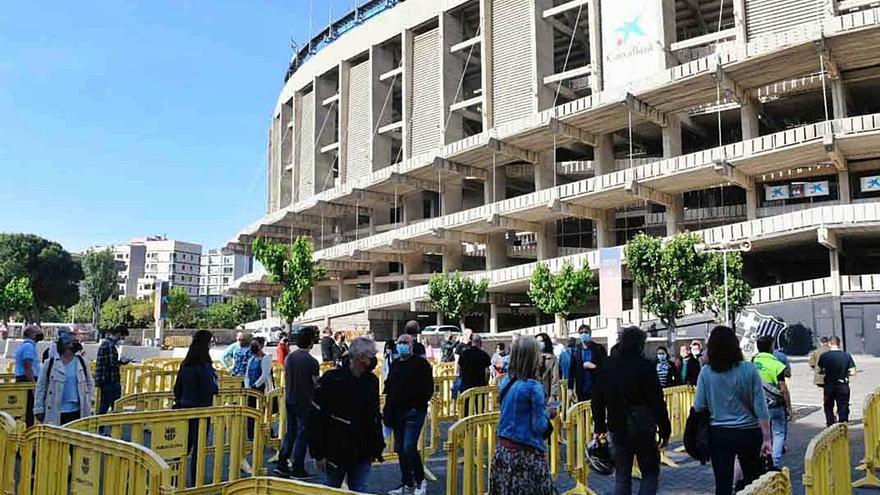 El Camp Nou s'estrena com a punt de vacunació amb llargues cues