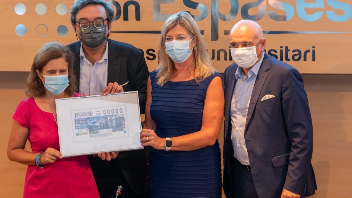 La consellera de Salud, Patricia Gómez, ha presentado el cupón de la ONCE que homenajea al Hospital Son Espases.