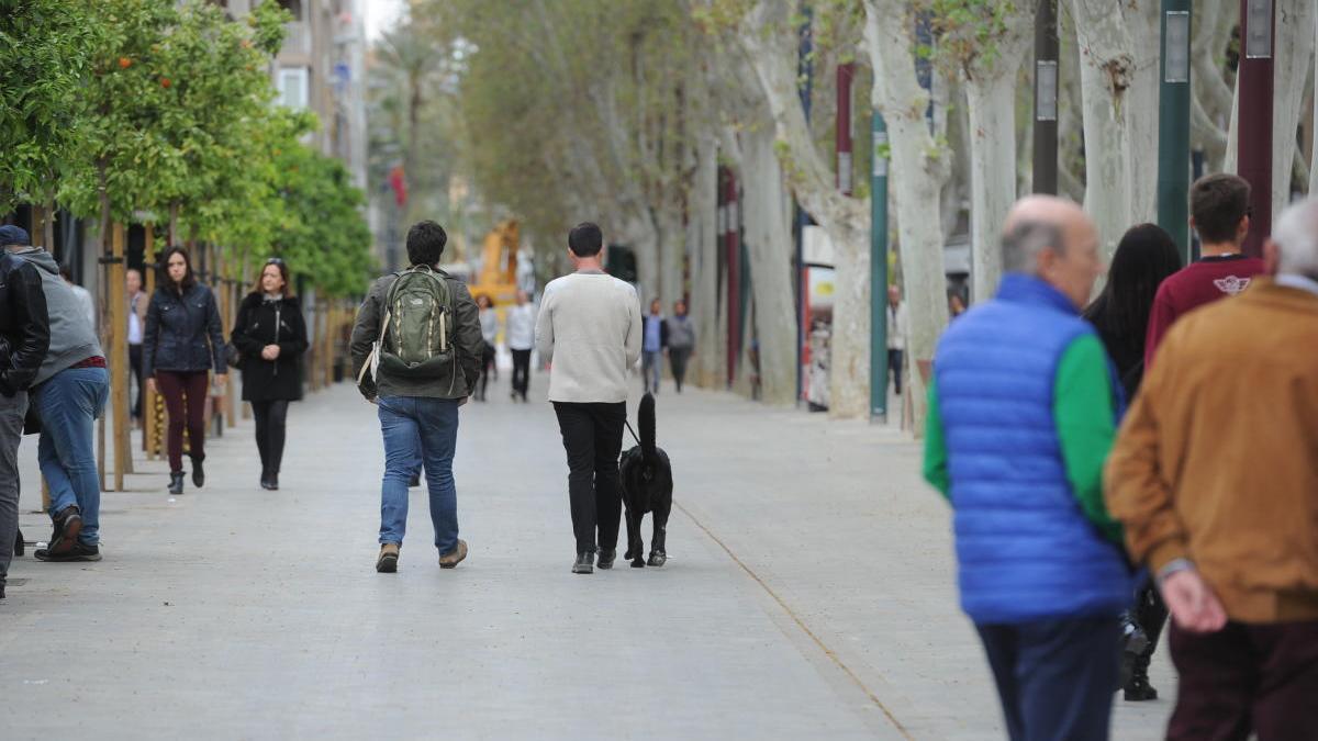 Gente disfrutando de un paseo por el centro de Murcia.
