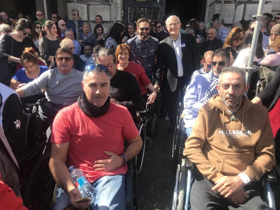 Joan Ribó, con las personas de movilidad reducida.