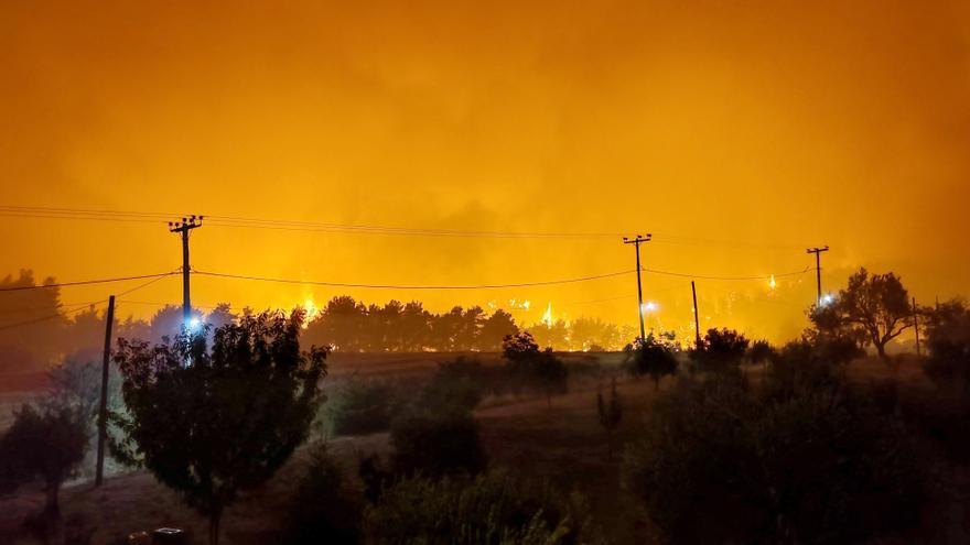 Los incendios avanzan sin control por Grecia y Turquía