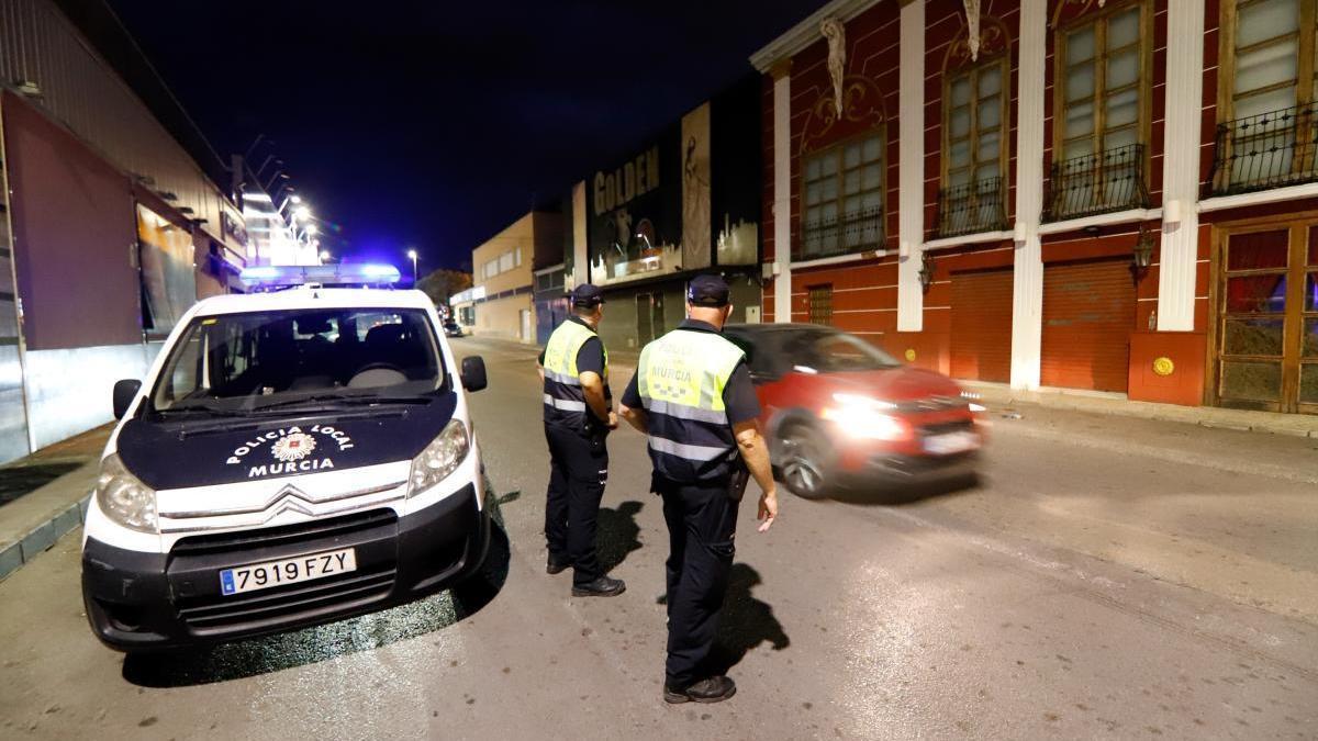 Policías en una zona de ocio de Atalayas, cuando cerraron los bares ahí.
