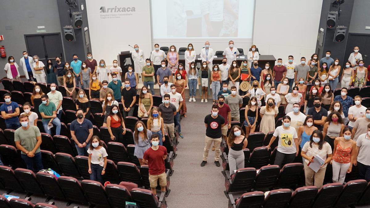 Los 126 residentes que inician su especialización en la Arrixaca, hoy, en el acto de bienvenida