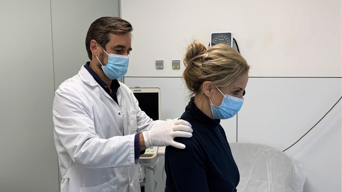 El doctor Manuel Romero atiende a una paciente en el hospital QuirónSalud Córdoba.