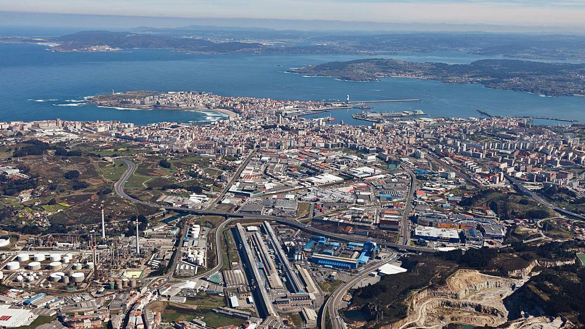 Vista de la ciudad, con el polígono de Agrela en primer plano. |   // CARLOS FERNÁNDEZ SOUSA