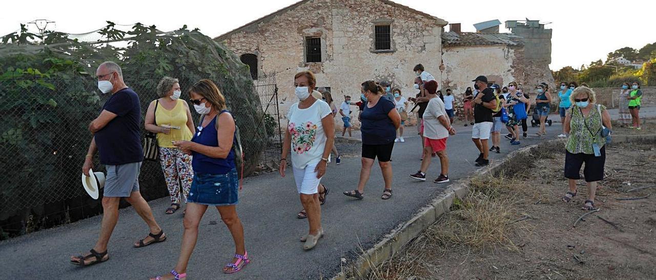 El alcalde y vecinos, en un momento del recorrido que guió Nacho Corresa.   TORTAJADA