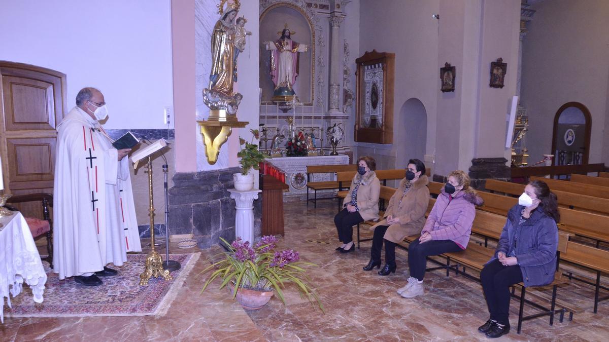 Les 'Endolorides' rezan en la iglesia de Moncofa