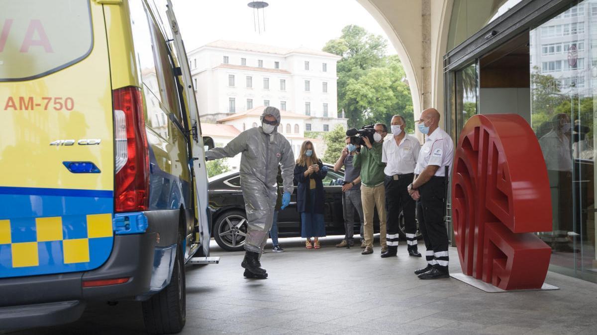 Una ambulancia frente al Hotel del Fuenlabrada. // Casteleiro