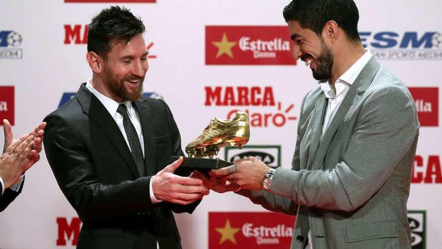 Messi recibe la Bota de Oro de manos de Suárez, anterior ganador