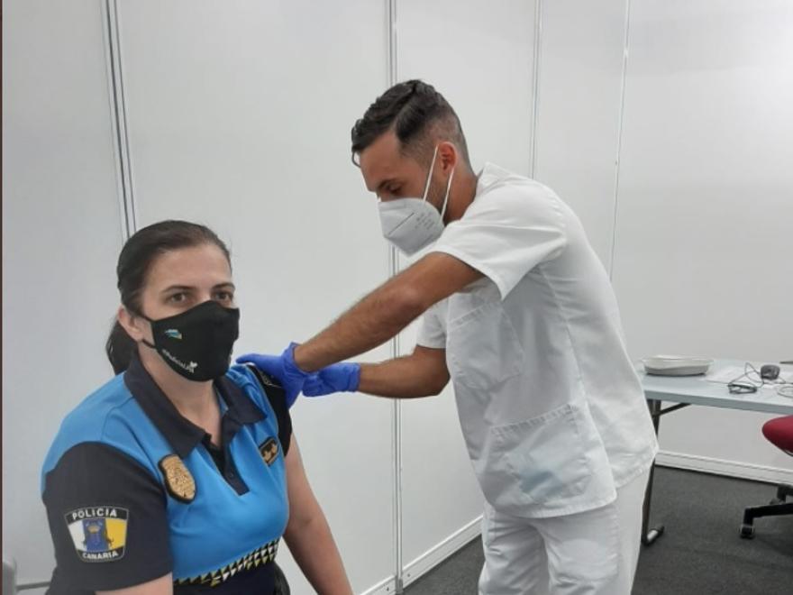 Policía local de Las Palmas de Gran Canaria recibe la vacuna en Infecar.