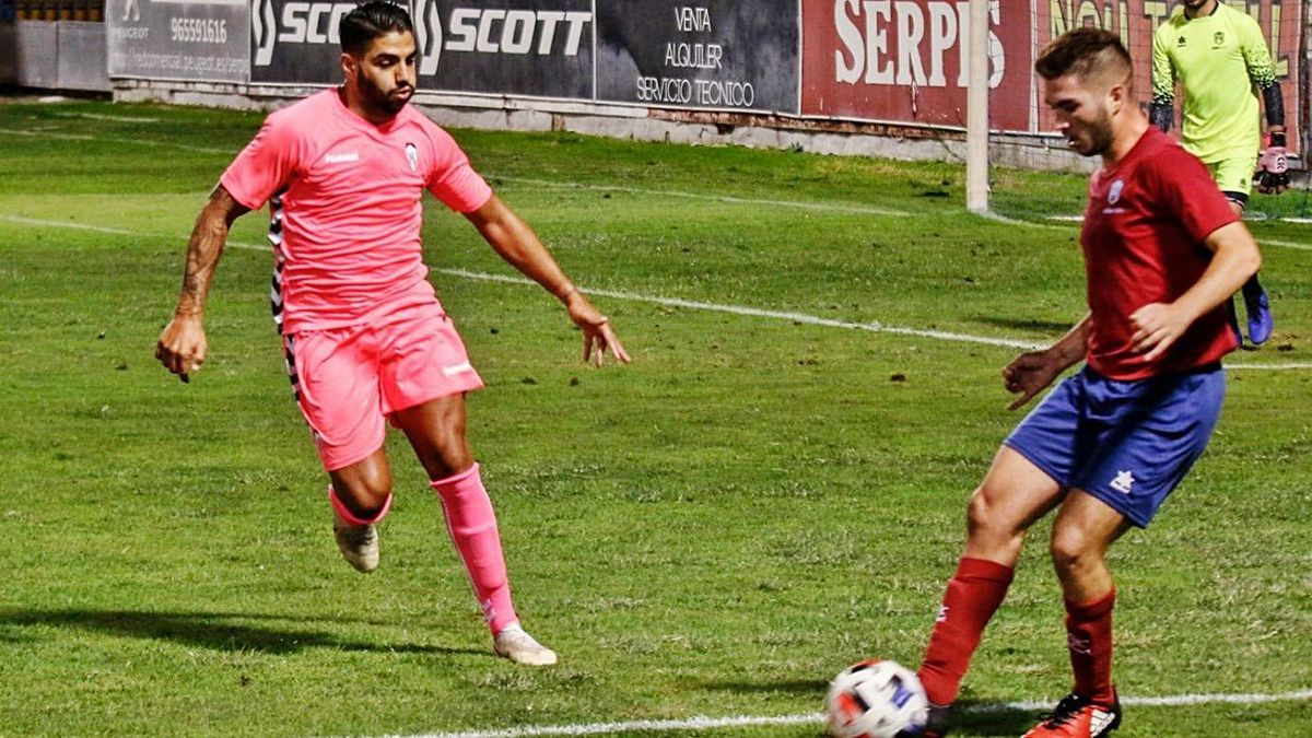 Forward Jona, left, in his preseason debut for Alcoyano against Peña Raval.  |  INFORMATION