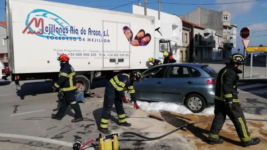 Chocan un camión y un turismo en Vilaxoán