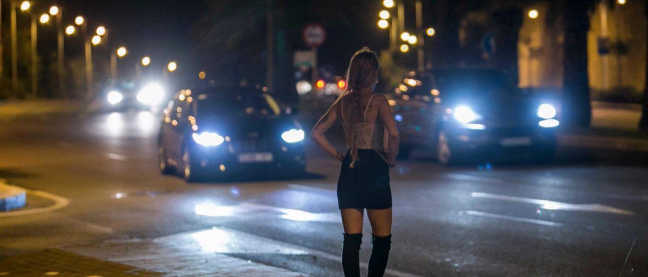 Una mujer ejerce la prostitución en la Avenida de Dénia antes del estado de alarma de marzo.