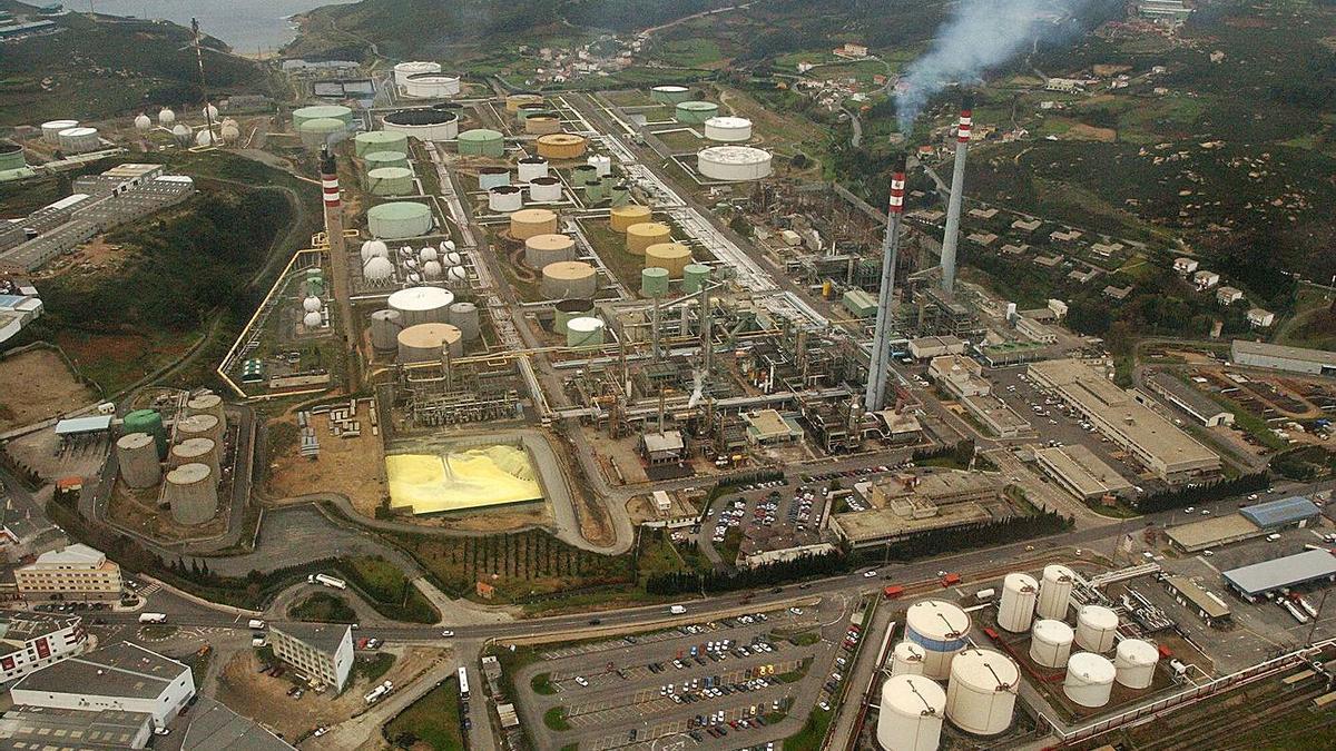 Vista aérea de la refinería de A Coruña. |   // CARLOS PARDELLAS