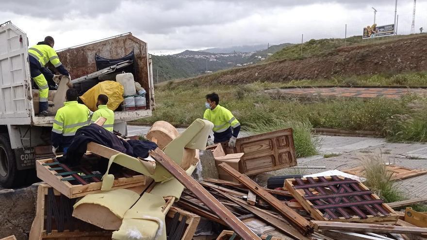 Efectivos del servicio municipal de Limpieza en Los Tarahales