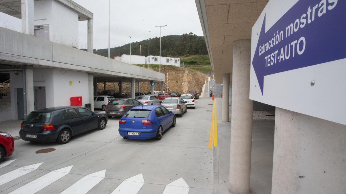 Colas para la realización de test Covid-Auto en Burela. // EP